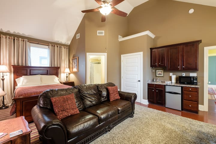 The Vaulted Suite! with Wetbar & Bath/5 min to DT! - Nashville