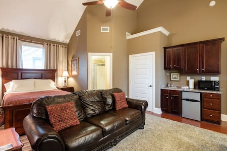 The Vaulted Suite! with Wetbar & Bath/5 min to DT! - Nashville - House