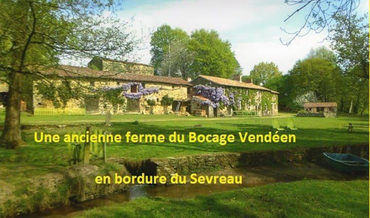 """""""Chambre Fenil"""" ( à proximité du Puy du Fou )"""