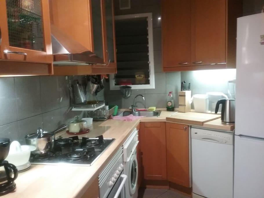 Cocina con nevera, microondas, tostadora eléctrica, etc.