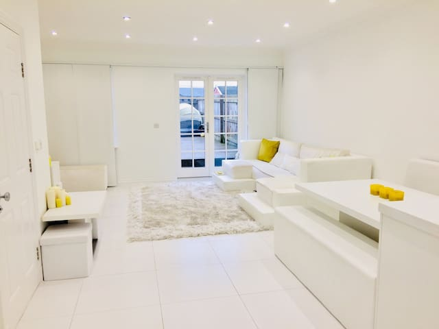 Modern townhouse, beautiful fully equipped room