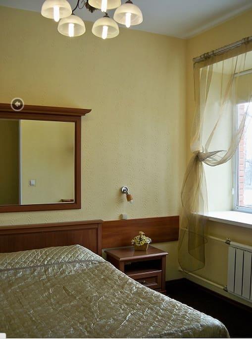 В комнате холодильник, телевизор, фен, сейф, кондиционер, туалет с душем, комфортабельная двухместная кровать. Цена 3600 рублей в сутки.