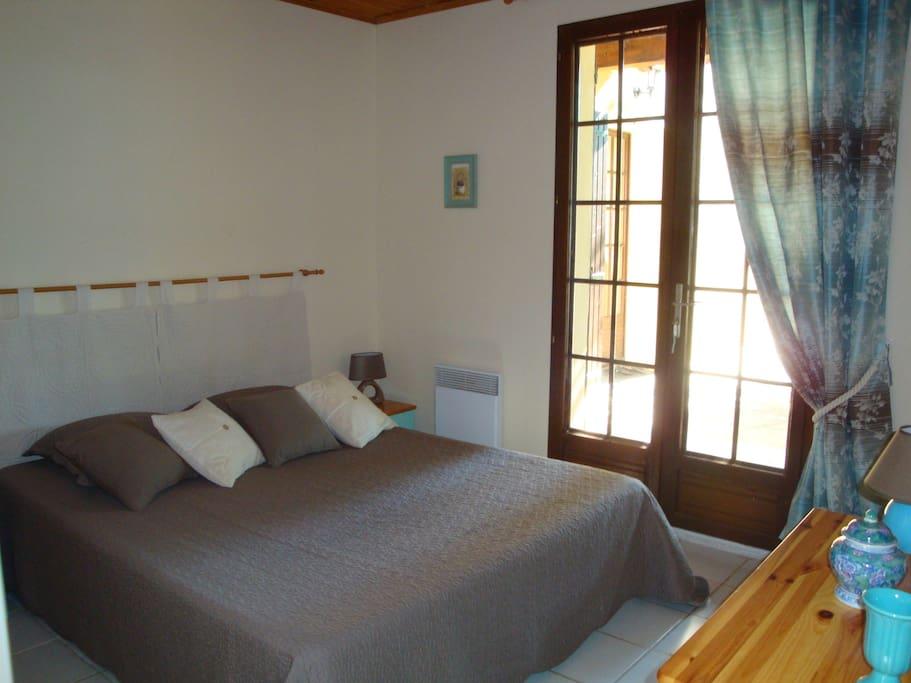 Chambre 1, 1 lit à 2 places, avec salle de bain attenante, douche,wc