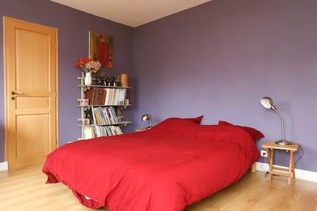 Chambre calme chez l'habitant - Vaucresson - บ้าน