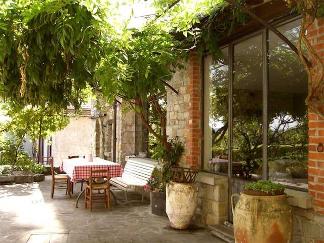 Stupenda casa tipica con pergolato e cortile - Bore - Huis