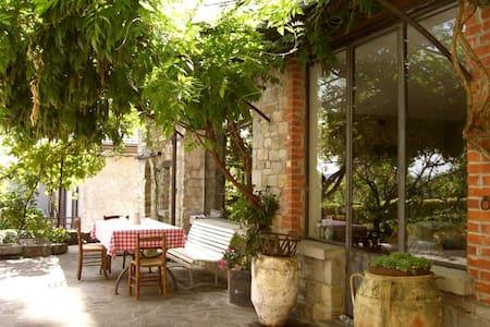 Stupenda casa tipica con pergolato e cortile - Bore