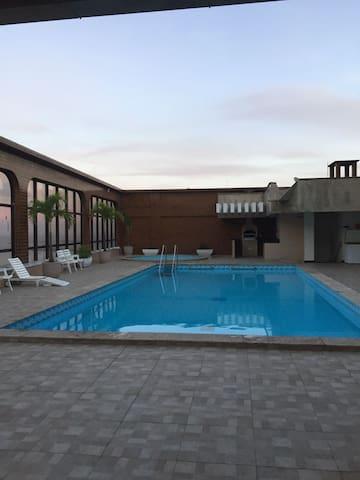 Área de lazer na cobertura, salão de festas, churrasqueira e piscina com vista panorâmica!