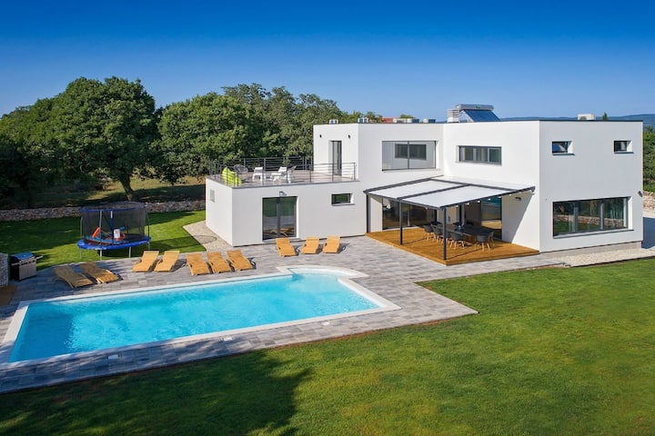 Lush Villa in Belavici with Pool & High-End Kitchen
