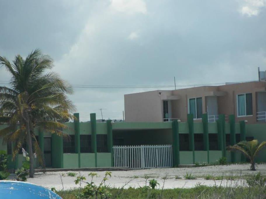 Vista Frontal de la casa, es la casa verde de lado izquierdo.