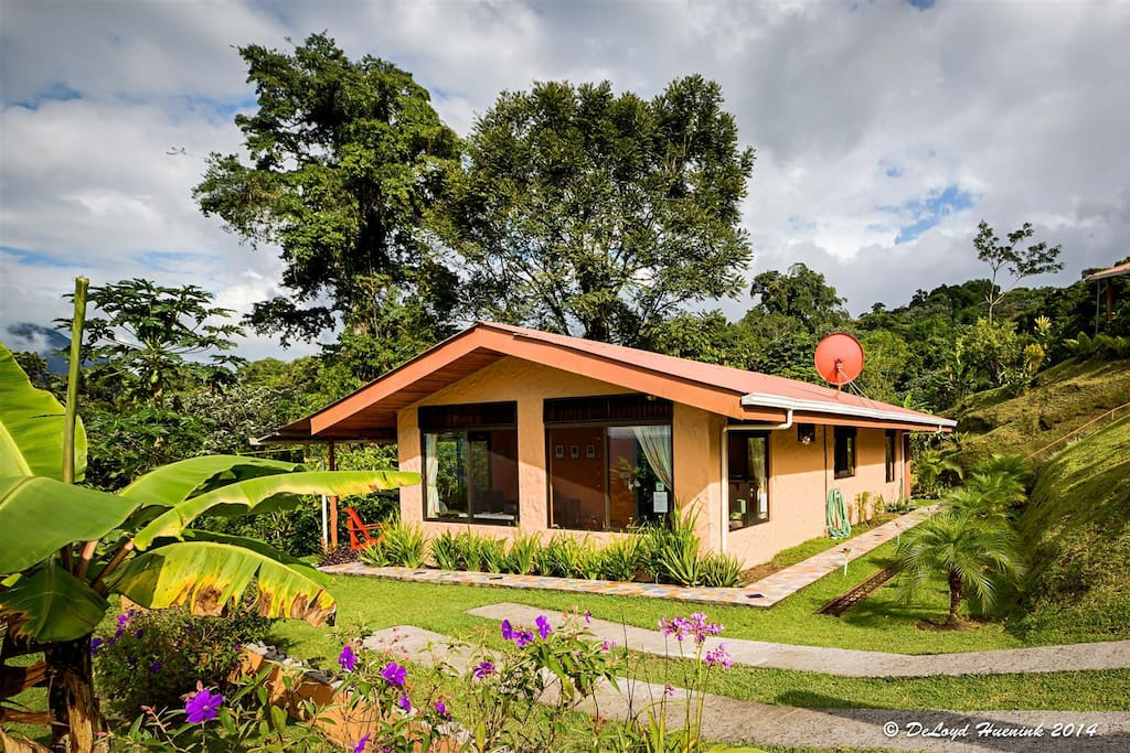 Encantada Guesthouse a Cozy Spacious Cottage for Two Awesome Lake Arenal & Volcano Views.