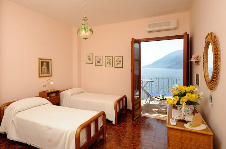 Twin bedroom with terrace overlooking the sea