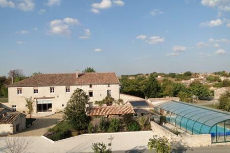 gite avec piscine couverte chauffée - Theil-Rabier - Huis