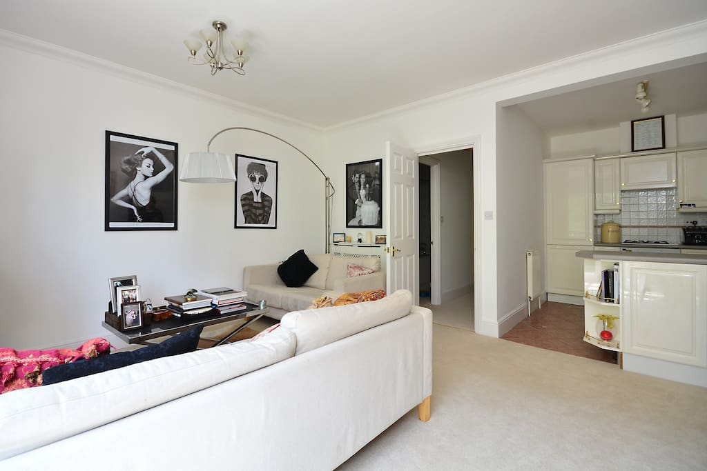 With a fantastic array of art galleries, restaurants, bars and boutiques all to hand, this chic 2 bedroom  flat is the perfect location