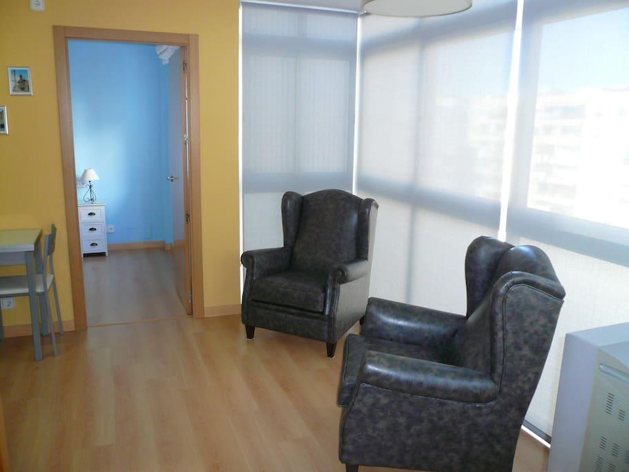 La sala de estar, muy luminosa y con grandes ventanales.