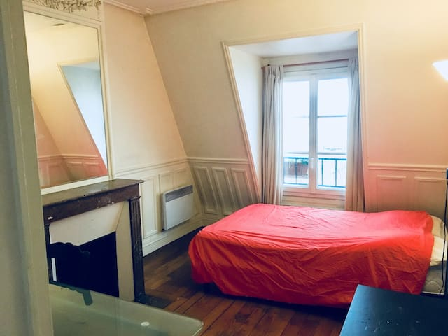 Cosy room in Republique/Belleville neighbourhood