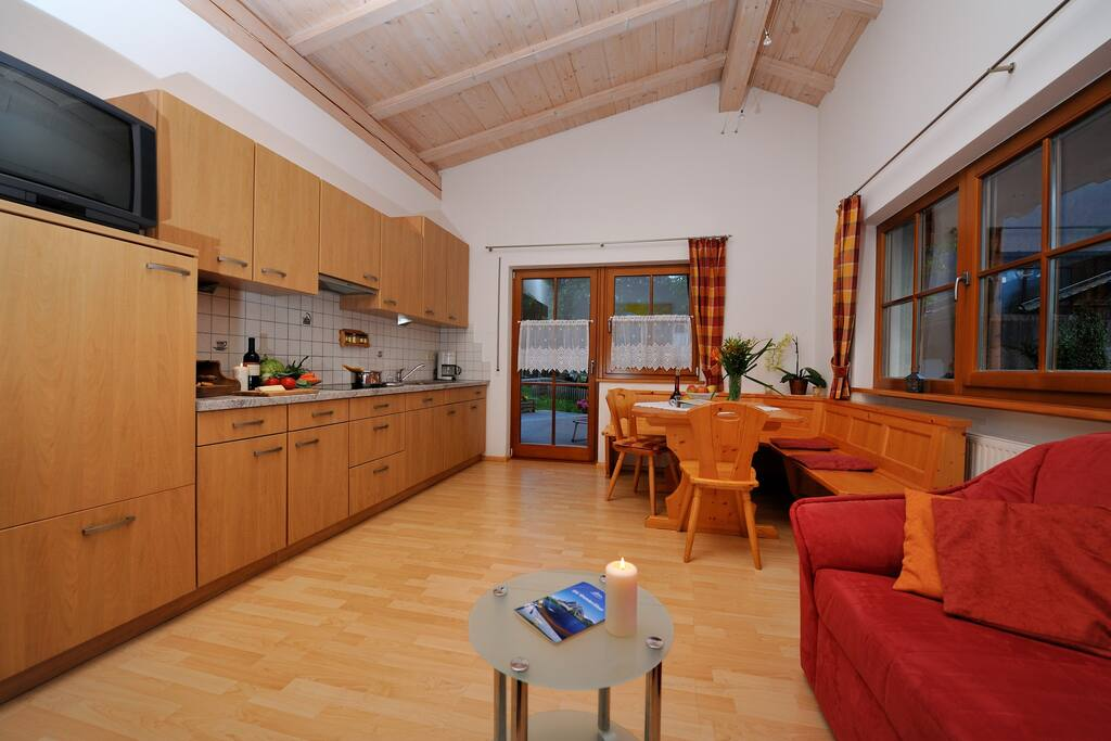 Geräumige Wohnküche mit Geschirr, Besteck, TV/Sat, Spülmaschine, Eckbank, ausziehbare Couch