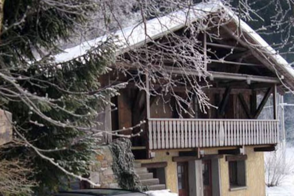 The apartment is conveniently next to the road up to Beaufort and the 3 ski areas which are 15-25mins by car. Proximity to the road means you don't get snowed in!