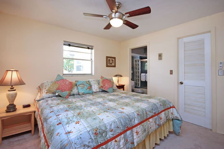 Master bedroom with a King size bed, 1 full bathroom and a TV.