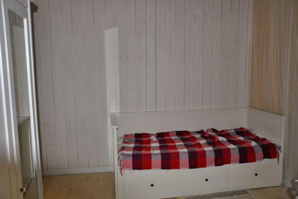 Спальня (bedroom) - кровать раскладывается до нужной ширины