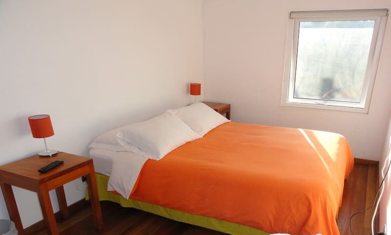 Hab. con vista a los cerros. Room with view over the hills. Baño compartido. Shared bathroom.