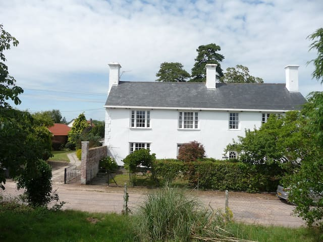 B&B-17th Century close Exeter City + Int Airport - Broadclyst - Aamiaismajoitus