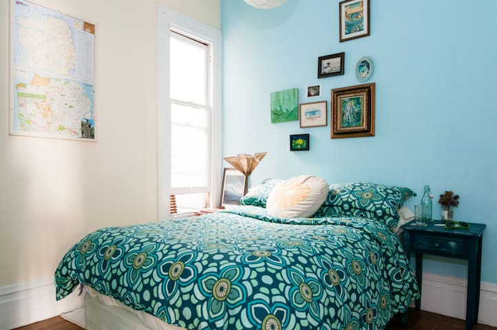 Cozy Blue Room: Haight, Central SF!