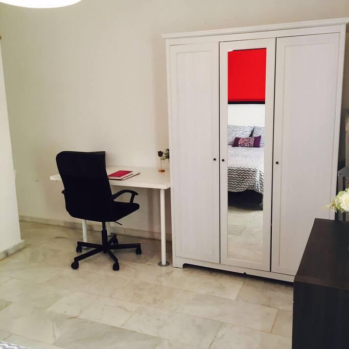 Despacho incorporado en el dormitorio
