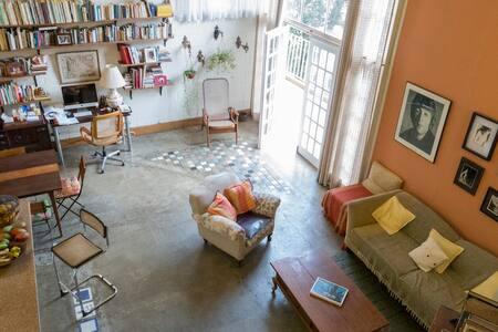 Une maison avec un manguier.
