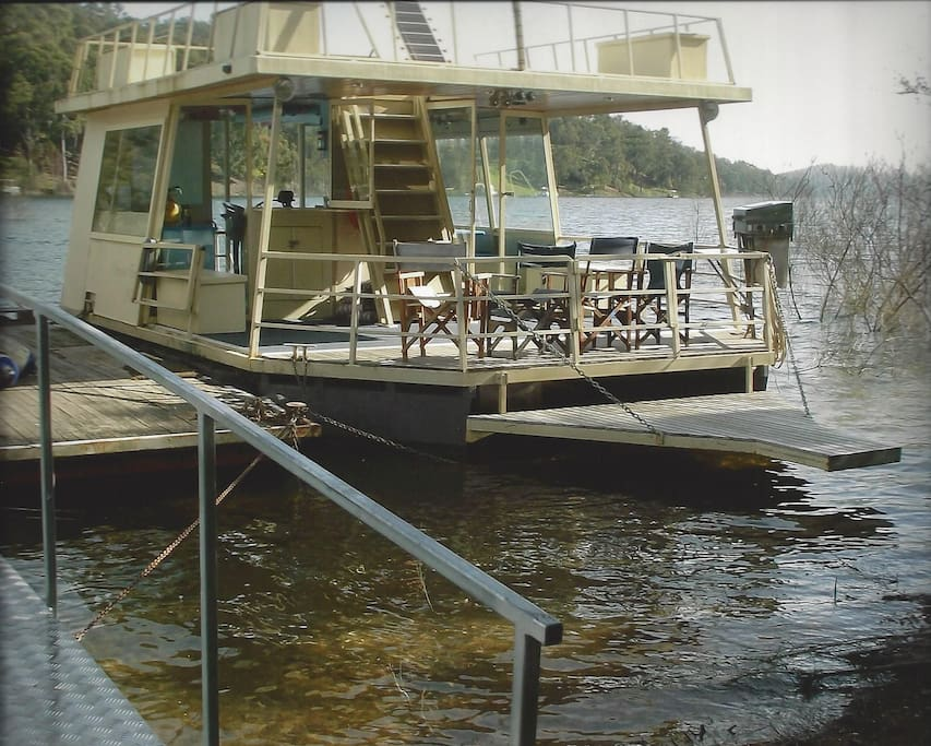 Enjoy a FREE one hour Lake Eildon cruise aboard the Fawlty Princess
