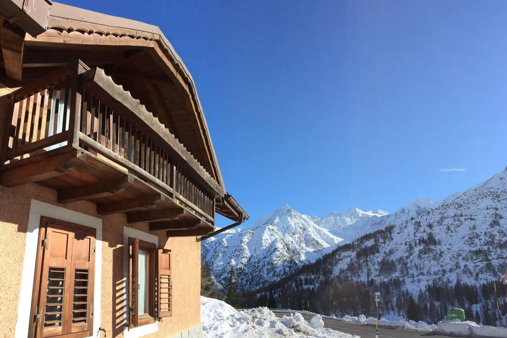 Esterno dell'appartamento e vista sulle cime