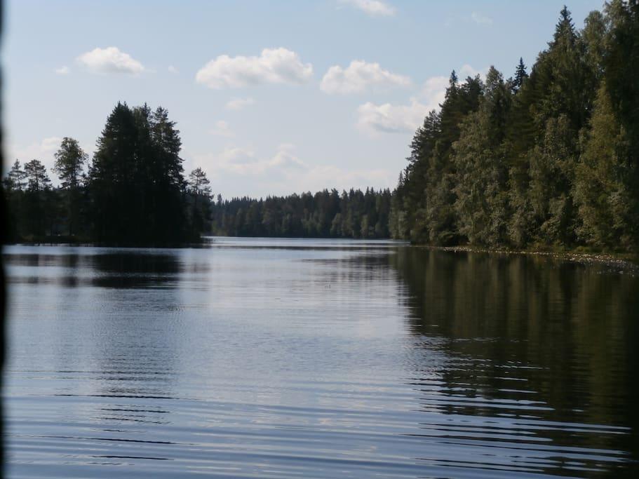 Läheiselle Siikajärvelle matkaa vajaat kolme kilometriä. Erinomainen uimapaikka.