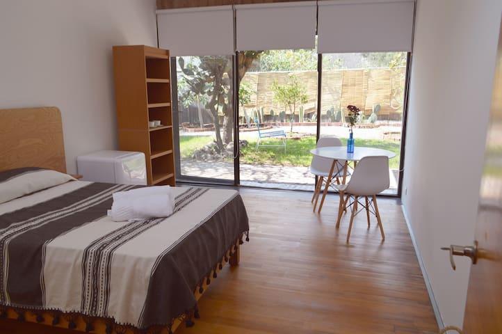 Hermosa habitación con jardín privado.