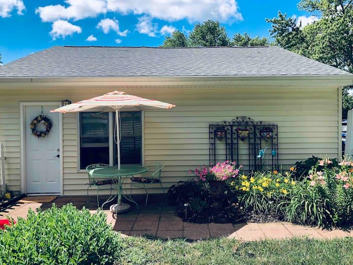 Cozy private garden guesthouse