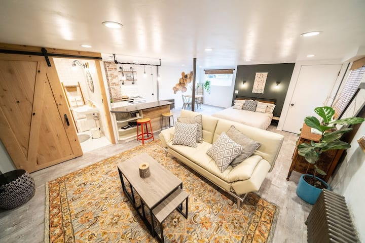 Gorgeous Private Studio~Steps to Historic Downtown