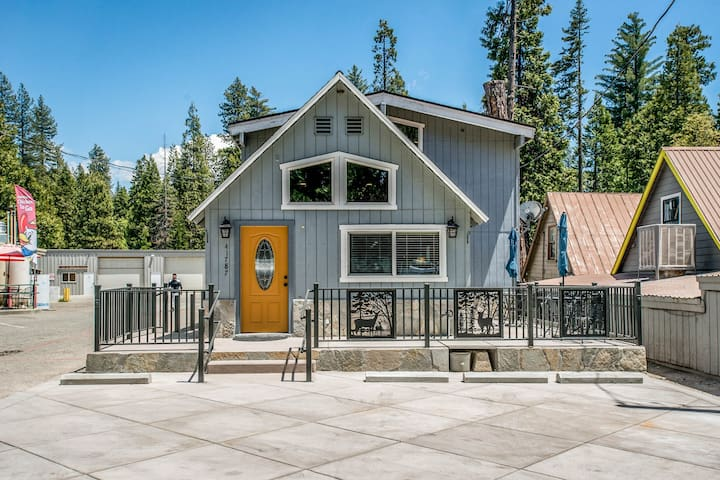 Cozy cabin with central location near shopping, dining, and lake