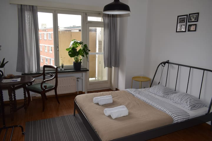 Comfy Room on Train Station Square +Breakfast!