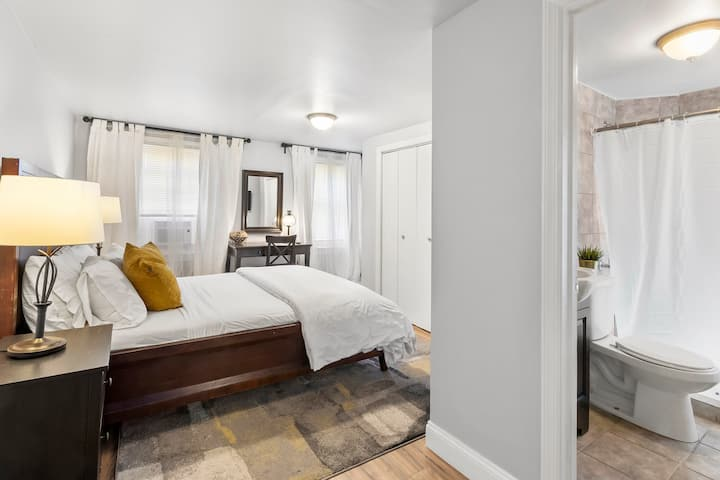 Relaxing Suite w/ Private Bath in Center City