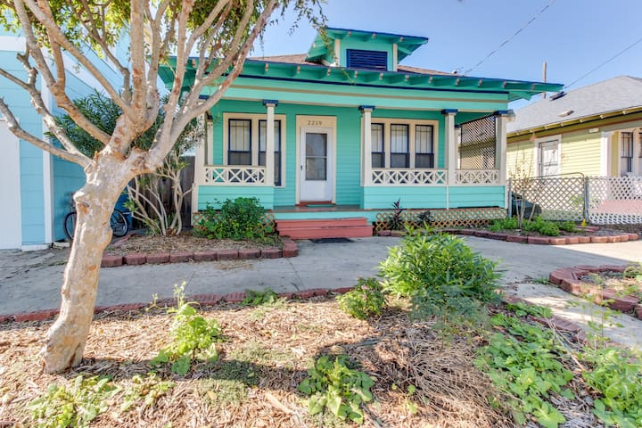 Dog-friendly beach cottage just blocks from shopping, dining, and more!