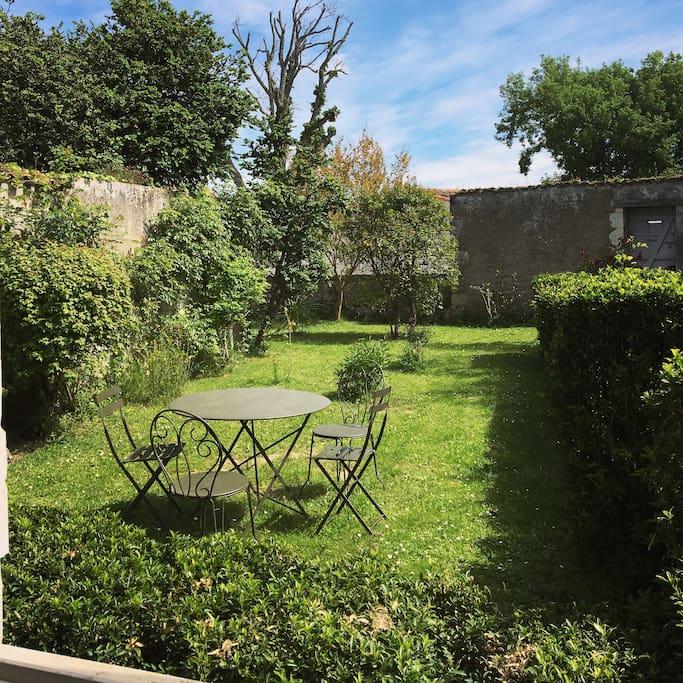 Jardin privatif au calme avec salon de jardin, transats et barbecue. Un havre de paix. Orientation sud est : du soleil dès le matin pour le petit déjeuner !