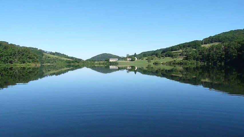Mobilhome au bord du Lac de la Selve en Aubrac