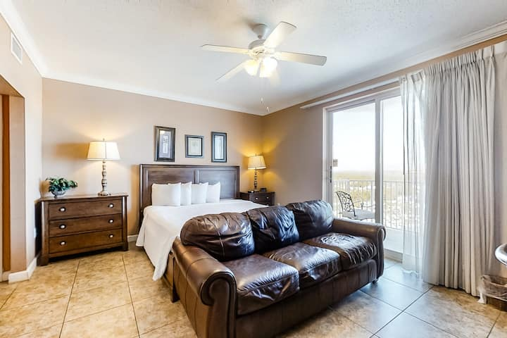 Cute Gulf front studio w/ kitchenette, shared pool & fitness center access!