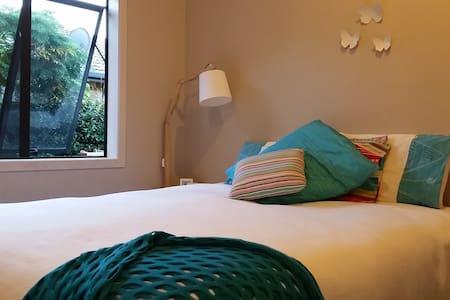 King bed, breakfast, walk to beach, bar & eateries - Papamoa - Hus