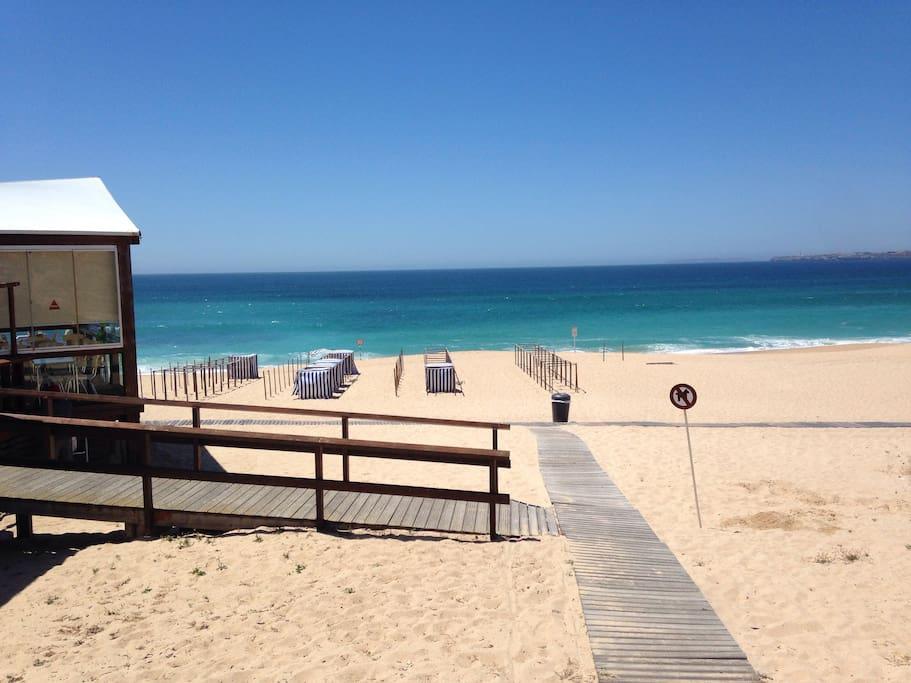 Direkt gegenüber des Apartments ist der Traumstrand mit 2 Strandcafés