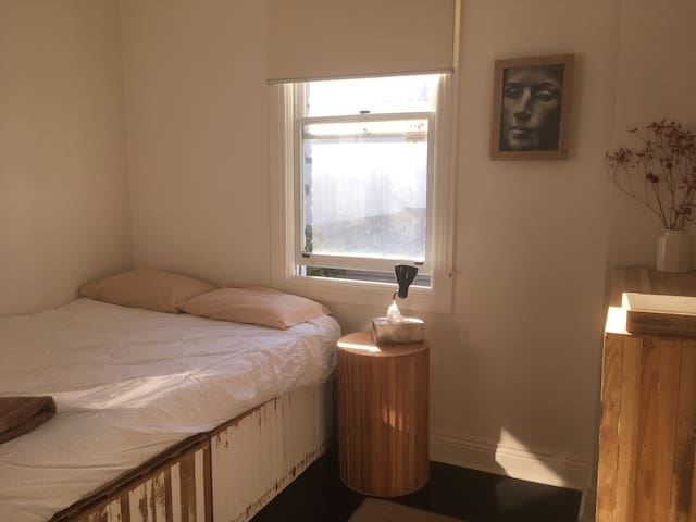Simple Clean Bright Room CARLTON 286