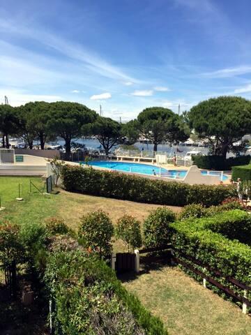 Merci à Yves et Pascal pour cette splendide photo de la piscine avec vue sur le port , à l'arrière de la résidence.