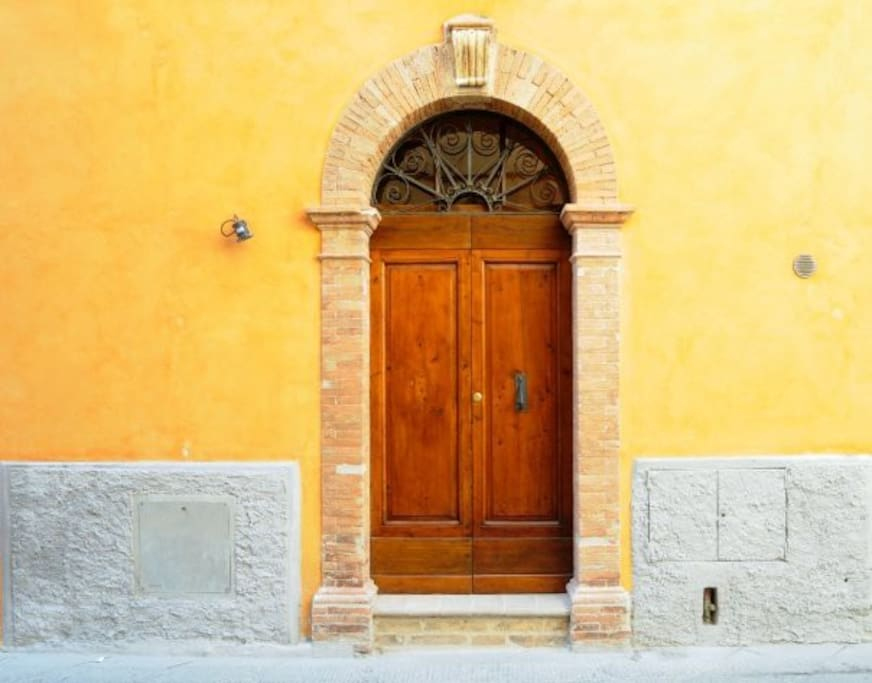 L'entrata della casa, la tipica porta toscana