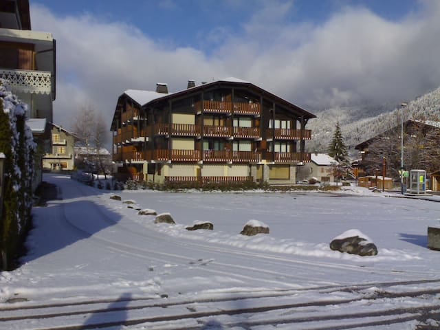 newly furnished, central ski in/out - Morzine