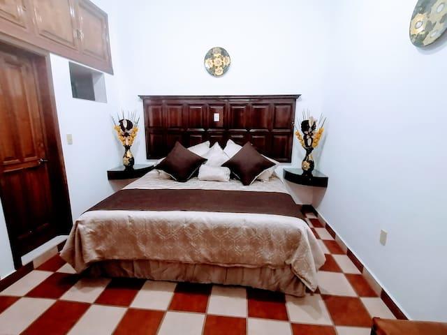 "Habitación ""A""  Cama king zise con todo nuevo, colchón super confortable, con muchas almohadas...   Amplio clóset, tocador, perchero, ventilador, baño completo..."