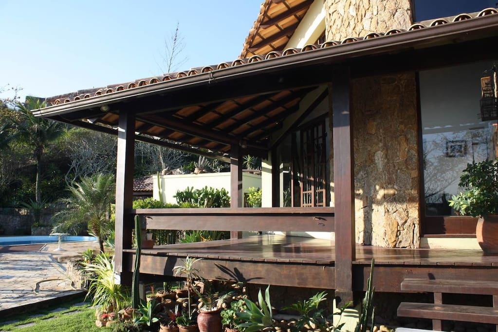 Varanda que dá para o deck / Balcony that leads to the leisure area