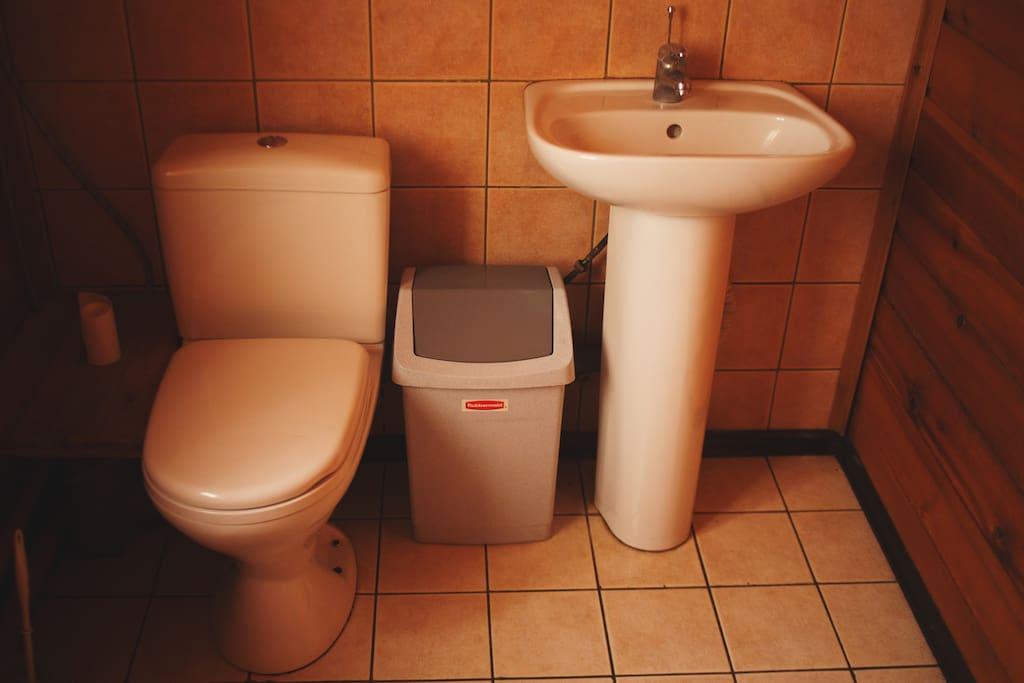 Туалетная комната на первом этаже